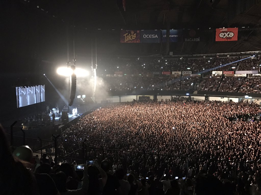 21,000 FANS WATCHING MORRISSEY IN MEXICO CITY IN 2017